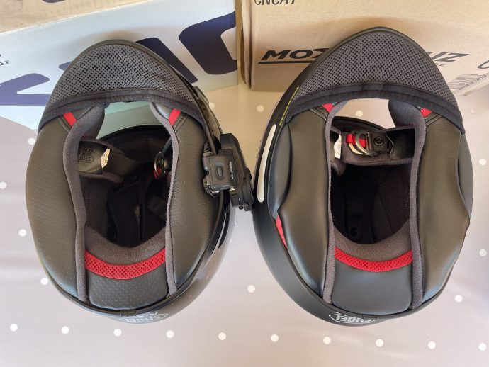 mousses de joue plus fermes sur le casque Shoei NXR 2 ici à droite
