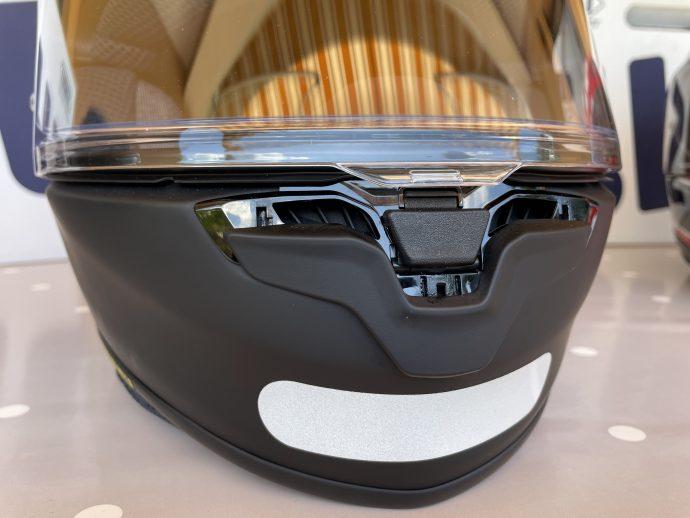 ventilation sur le menton et nouveau système de verrou d'écran sur le casque Shoei NXR 2